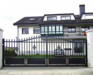 Verja de estilo clásico para una vivienda unifamiliar