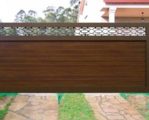 Portón en aluminio soldado con acabado en madera