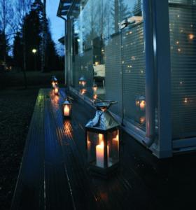 Ambientación con velas en una cortina de cristal